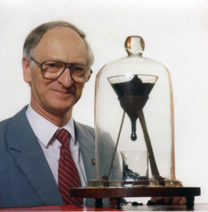 Pitch_drop_experiment_with_John_Mainstone.jpg